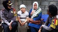 Sulasmi, perempuan tunanetra, dikunjungi anggota Satbinmas Polres Karanganyar, Jawa Tengah. (Foto: Abdul Alim/KRJogja.com)