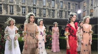 Inspirasi Gaun Pernikahan Unik dengan Sentuhan Flower Crown