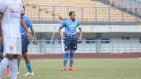 Kapten Persib Bandung, Supardi Nasir, dalam laga uji coba kontra Sriwijaya FC di Stadion Gelora Bandung Lautan Api, Rabu (23/6/2021). (Bola.com/Muhammad Faqih)
