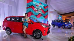 Model berfoto saat peluncuran mobil Toyota Calya dan Daihatsu Sigra di pabrik PT Astra Daihatsu Motor, Karawang, Jawa Barat, (2/8). Kolaborasi Toyota dan Daihatsu yang telah menghasilkan produk Avanza-Xenia dan Rush-Terios. (Liputan6.com/Angga Yuniar)