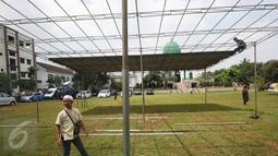 Para santri memasang tenda untuk pemakaman tokoh PBNU KH Hasyim Muzadi di Kompleks Ponpes Al Hikam, Depok, Kamis (16/3). Jenazah Hasyim Muzadi akan diberangkatkan dari Malang menuju ponpes Al Hikam usai salat zuhur. (Liputan6.com/Immanuel Antonius)