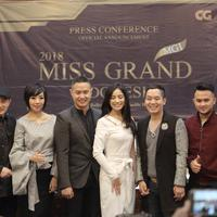 Panitia penyelenggara dan juri kecantikan Miss Grand Indonesia 2018 foto bersama usai keterangan pers di Jakarta, Jumat (6/7). Pemenang kontes kecantikan akan mengikuti Miss Grand Internasional. (Liputan6.com/Faizal Fanani)