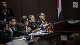 Tim hukum Prabowo-Sandiaga berdebat dengan Hakim Konstitusi I Dewa Gede Palguna di sidang sengketa Pilpres 2019, Jakarta, Kamis (20/6/2019). Perdebatan terjadi ketika Pakar IT Prof Marsudi Wahyu Kisworo, mengatakan Sistem Situng KPU dijamin aman dan tak bisa disusupi. (Liputan6.com/Faizal Fanani)