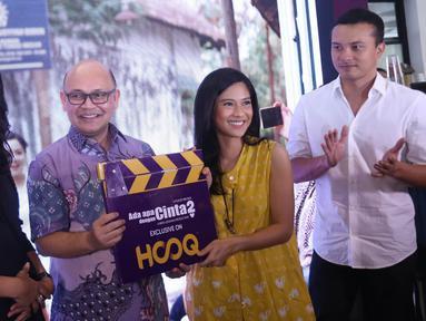 Country Head HOOQ Indonesia Guntur S Siboro bersama sejumlah pemain AADC 2 saat menghadiri konfrensi pers peluncuran eksklusif film AADC 2 di aplikasi HOOQ di Jakarta, Selasa (26/7). (Liputan6.com/Herman Zakharia)