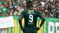 Amido Balde cantumkan istri dalam nama punggung di jersey Persebaya. (Bola.com/Aditya Wany)