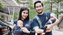 Syahnaz sendiri memang cukup sering mengunggah foto keluarga di akun Instagram pribadinya. Bahkan, beberapa kali keluarga kecil ini kompak menggunakan busana kembar. (Liputan6.com/IG/@syahnazs)