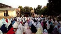Meski pemerintah menetapkan Hari Raya Idul Adha 2018 jatuh pada Rabu, 22 Agustus 2018, nyatanya hari ini disejumlah wilayah di Tangerang banyak yang melaksanakan salat Ied Adha.