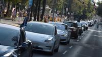 """Sejumlah orang mengendarai mobil listrik dalam parade kendaraan listrik di Wina, Austria, 13 September 2020. Ratusan kendaraan listrik ambil bagian dalam parade E-Mobility """"Rock the Ring"""" untuk mempromosikan mobilitas bebas emisi dan ramah iklim. (Xinhua/Guo Chen)"""