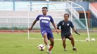 Aksi striker PSCS Cilacap, Ugiek Sugiyanto (kiri). (Bola.com/Vincentius Atmaja)