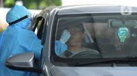 Petugas dengan APD melakukan tes swab di GSI Lab (Genomik Solidaritas Indonesia Laboratorium), Jakarta, Rabu (7/10/2020). Pemerintah menetapkan harga batas tes usap atau swab melalui PCR untuk mendeteksi Covid-19 agar mendorong masyarakat melakukan tes secara mandiri. (merdeka.com/Imam Buhori)
