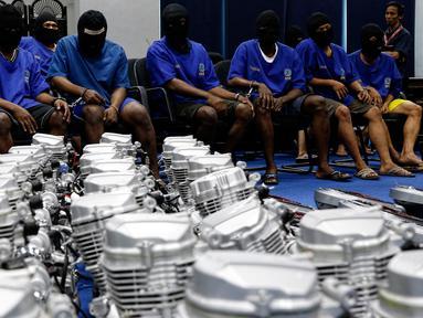 Sindikat Narkotika asal negara Nigeria yang diamankan petugas satuan BNN, Jakarta, Jumat (28/8/2015). BNN berhasil membongkar penyelundupan sabu seberat 103,8 kilogram yang dimasukkan ke dalam mesin sepeda motor dan alat pijat. (Liputan6.com/Yoppy Renato)