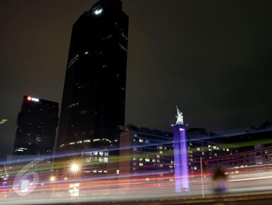 Monumen Selamat Datang dan gedung serta pusat perbelanjaan saat peringatan Earth Hour, Jakarta, Sabtu (19/3). Pemadaman serentak selama 60 menit pada pukul 20.30 hingga 21.30 WIB itu sebagai peringatan Hari Bumi (Earth Hour). (Liputan6.com/Faizal Fanani)