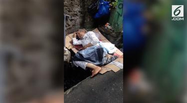 Lansia berusia 74 tahun ditemukan Petugas Dinas Sosial Jakarta Barat sedang tertidur di atas saluran got.