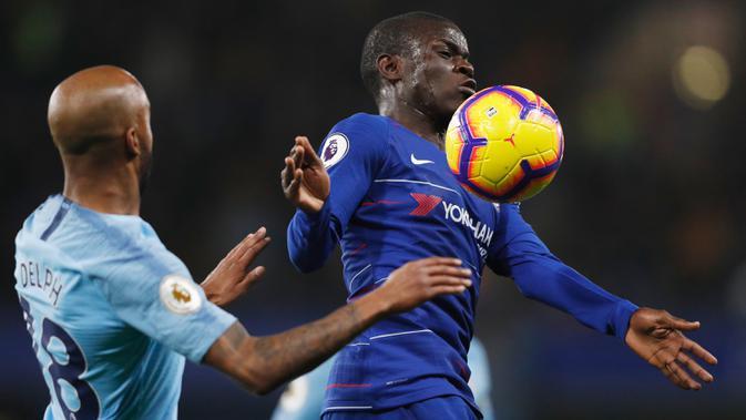 Gelandang Chelsea, N'Golo Kante, mengontrol bola saat melawan Manchester City pada laga Premier League di Stadion Stamford Bridge, London, Minggu (9/12). Chelsea menang 2-0 atas City. (AFP/Adrian Dennis)