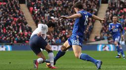 Bek Leicester City, Harry Maguire berusaha merebut bola dari penyerang Tottenham Hotspur, Son Heung-Min pada pertandingan Liga Inggris di Stadion Wembley, London pada 10 Februari 2019. Maguire dibeli MU seharga 80 juta poundsterling (sekitar Rp 1,38 triliun). (AFP Photo/Daniel Leal-Olivas)