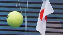 Petenis Jepang Naomi Osaka menandatangani topi yang disodorkan penonton usai mengalahkan petenis Republik Ceko Marie Bouzkova pada Australia Terbuka di Melbourne, Australia, Senin (20/1/2020). Penonton menyodorkan topi, bendera, hingga bola untuk ditandatangani Naomi. (AP Photo/Lee Jin-man)