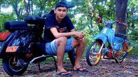 Dendy Sulistyawan dengan motor antiknya. (Bola.com/Aditya Wany)