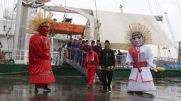 """Ondel-ondel dan  pertunjukan palang pintu menyambut kapal Rainbow Warrior yang berlabuh di Pelabuhan Tanjung Priok, Jakarta, Senin (23/4). Pelayaran kapal legendaris Greenpeace ini mengusung tema """"Jelajah Harmoni Nusantara"""". (Liputan6/Arya Manggala)"""