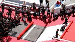 Pekerja memasang karpet merah di depan pintu masuk utama jelang upacara pembukaan Festival Film Cannes 2019 di Cannes, Prancis, Selasa (14/5/2019). Festival Film Cannes 2019 berlangsung pada tanggal 14 hingga 25 Mei. (REUTERS/Stephane Mahe)