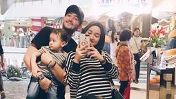Walaupun jarang disorot media, baik Aryani dan Donny kerap membagikan kekompakan keluarga kecilnya di masing-masing akun Instagram-nya dalam berbagai momen. (Liputan6.com/IG/@aryanifitriana24)