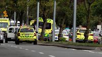 Sejumlah ambulans terparkir setelah penembakan di Masjid Al Noor, Christchurch, Selandia Baru, Jumat (15/3). Saksi mata mengatakan kepada wartawan New Zealand Stuff bahwa dia mendengar setidaknya 20 tembakan. (AP Photo/Mark Baker)
