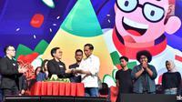 Presiden Joko Widodo menerima tumpeng dari Founder dan CEO Bukalapak Achmad Zaky selama acara hari ulang tahun (HUT) ke-9 BukaLapak di Jakarta Convention Center (JCC), Kamis (10/1). (Liputan6.com/HO/Biropers)