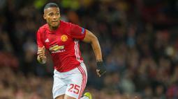 Antonio Valencia - Mantan kapten Manchester United ini masuk dalam daftar bek pencipta assist terbanyak di Liga Inggris. Pemain yang memutuskan untuk gantung sepatu pada mei lalu itu telah menorehkan 35 assist dalam 197 penampilan. (Foto: EPA/Peter Powell)