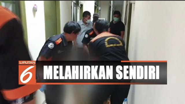 Seorang perempuan ditemukan tewas usai melahirkan sendirian di kamar kos daerah Pancoran, Jakarta Selatan.