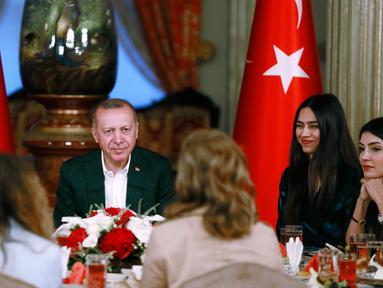 Gelandang Arsenal, Mesut Ozil didampingi kekasihnya Amine Gulse saat menghadiri acara buka puasa bersama dengan Presiden Turki Recep Tayyip Erdogan di Istana Dolmabahce, Istanbul, Turki (19/5). (Stringer/Turkish President's Press Office/AFP)
