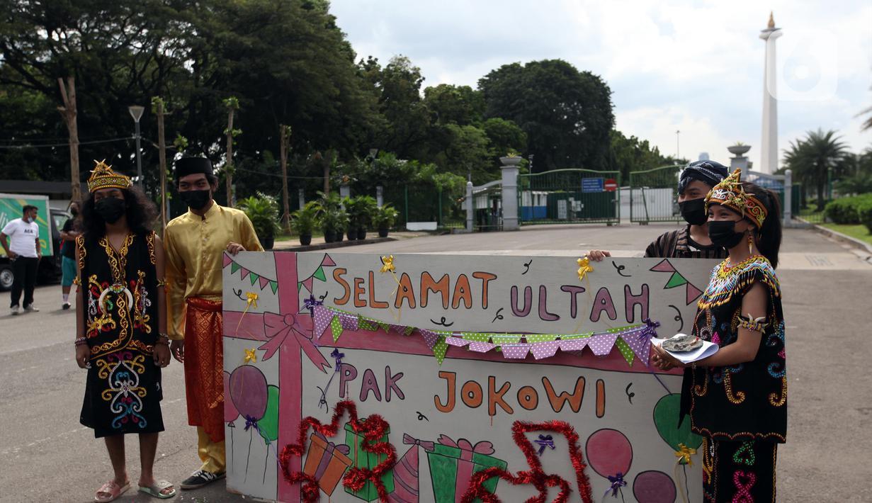 Demonstran melakukan aksi teatrikal saat unjuk rasa di kawasan Bundaran Patung Kuda Arjuna Wijaya, Jakarta, Senin (21/6/2021). Aksi yang dilakukan bertepatan dengan ulang tahun Presiden Joko Widodo ini sebagai bentuk kecaman dan penolakan terhadap revisi UU Minerba. (Liputan6.com/Angga Yuniar)