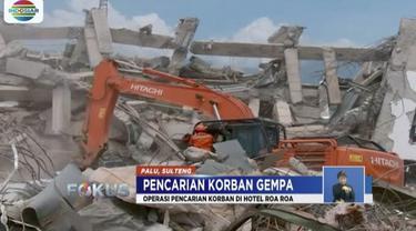 Upaya pencarian korban yang terjebak di reruntuhan Hotel Roa Roa, Palu, terus dilakukan. Seorang karyawan yang selamat menuturkan, saat gempa terjadi kondisi hotel sedang penuh.
