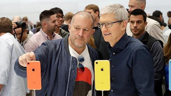 CEO Apple Tim Cook dan Chief Design Officer Jonathan Ive melihat produk baru Apple di Apple Headquarters, Cupertino, California (12/9) (AP Photo/Marcio Jose Sanchez)