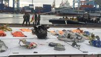 Sejumlah puing pesawat Sriwijaya Air SJ 182 yang berhasil dievakuasi dari perairan Kepulauan Seribu dikumpulkan di Dermaga JICT 2 Tanjung Priuk, Jakarta Utara. (Liputan6.com/Nanda Perdana Putra)