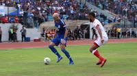 Pergerakan striker PSIS Semarang, Bruno Silva (kiri) yang dibayangi pemain Badak Lampung FC, Arthur Bonai dalam laga di Stadion Moch Soebroto, Magelang, Minggu (29/9/2019). (Bola.com/Vincentius Atmaja)