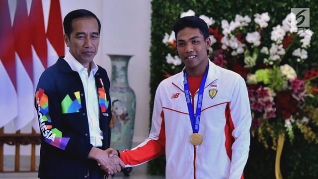 Naik Mobil Golf, Jokowi Ajak Zohri Keliling Istana Bogor