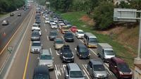 Kepadatan Kendaraan Mulai Terjadi di Ruas Tol Jakarta-Cikampek. Rekayasa Lalu Lintas Contra Flow Mulai Diberlakukan, Sabtu (21/12/2019). (Foto: Abramena/Liputan6.com)