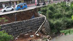 Kondisi Jalan Raya Citayam yang amblas di kawasan Cipayung, Depok, Jawa Barat, Rabu (27/2). Kondisi tepi jalan yang tidak kunjung diperbaiki membahayakan pengguna jalan terutama saat malam hari. (Liputan6.com/Immanuel Antonius)
