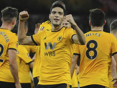 Pemain Wolverhampton Wanderers, Raul Jimenez, melakukan selebrasi usai mencetak gol ke gawang Liverpool pada laga Piala FA di Stadion Molineux, Senin (7/1). Liverpool takluk 1-2 dari Wolverhampton Wanderers. (AP/Rui Vieira)