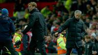 Jose Mourinho (kanan) dan Juergen Klopp usai pertandingan matchday 21 Premier League antara MU vs Liverpool di Old Trafford, Minggu (15/1). Keduanya berbagi angka usai imbang dengan skor 1-1. (AP Photo/Dave Thompson)
