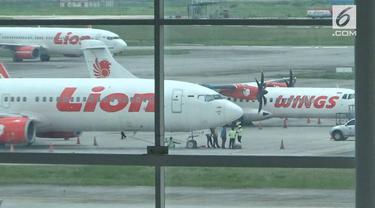 Pesawat Lion Air dan Wings Air bersenggolan di bagian sayap. Akibatnya sayap pesawat Wings Air rusak parah.