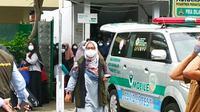 Nampak petugas kesehatan tengah mengevakuasi ratusan santri di salah satu claster pesantren di Kota Tasikmalaya, Jawa Barat. (Liputan6.com/Jayadi Supriadin)