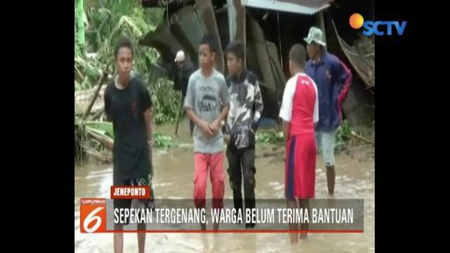 Sudah hampir sepekan banjir merendam Desa Sapanang, Kabupaten Jeneponto. Tapi korban mengaku belum mendapat bantuan dari pemerintah setempat.