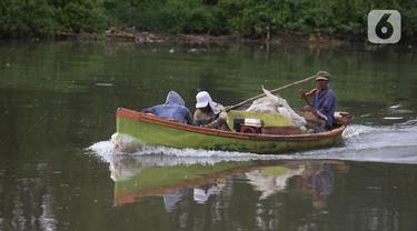 Nelayan pulang dari mencari ikan di Pesisir Pantai Jakarta, Muara Angke, Selasa (24/11/2020). BMKG memperkirakan cuaca ekstrem akan terjadi dalam sepekan ini, yang berimbas kepada nelayan untuk memilih pulang lebih awal dengan hasil tangkapan ikan yang tidak maksimal. (merdeka.com/Imam Buhori)