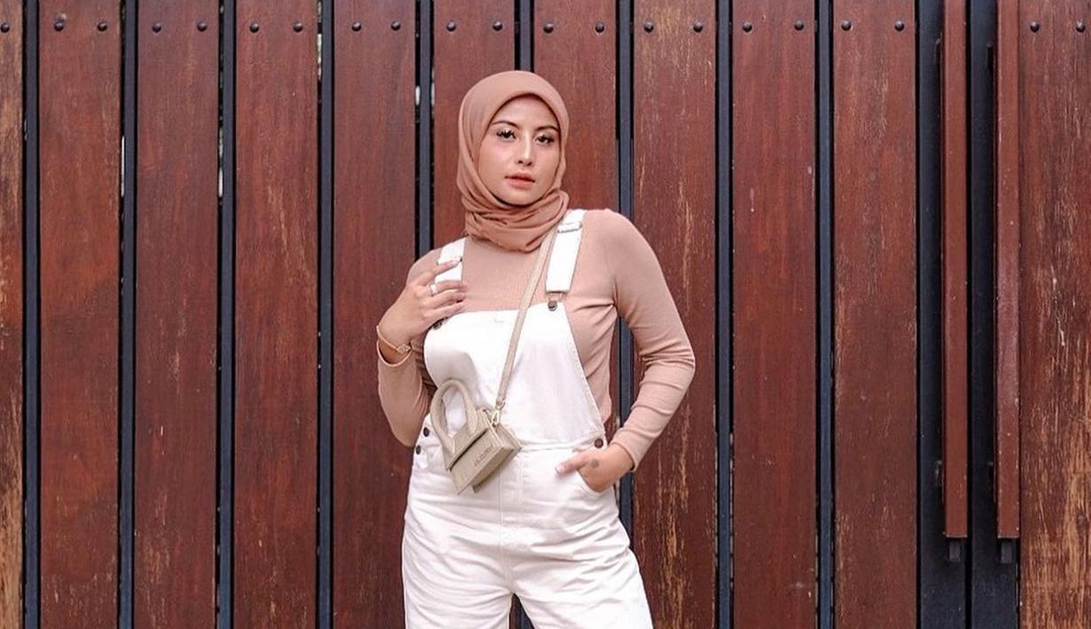 Karin Novilda atau Awkarin memang terkenal dengan gaya OOTD nya yang simpel tapi menawan. Seperti saat ini ia sering mengunggah foto OOTD nya dengan baluta hijab. Balutan hijab warna kalem ini berhasil membuat Awkarin terlihat menawan,. (Liputan6.com/IG/@awkarin)