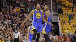 Ekspresi Kevin Durant saat melakukan selebrasi usai mencetak poin saat melawan Utah Jazz pada pertandingan Semifinal Wilayah Barat Playoffs NBA 2017 di Salt Lake City (5/6). Durant berhasil mencetak 38 poin dan 13 rebound. (AP Photo/Rick Bowmer)