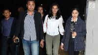 Artis yang juga anak Ratna Sarumpaet, Atiqah Hasiholan (tengah) berjalan menuju ruang Dirreskrimum Polda Metro Jaya, Selasa (23/10). Atiqah diperiksa sebagai saksi terkait berita hoaks penganiayaan Ratna Sarumpaet. (Liputan6.com/Helmi Fithriansyah)
