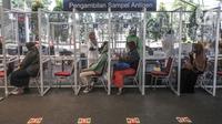 Calon penumpang melakukan pengambilan sampel antigen di Stasiun Pasar Senen, Jakarta, Minggu (4/7/2021). PT KAI (Persero) membatalkan perjalanan 44 kereta api terdiri dari 30 KA jarak jauh dan 14 KA lokal selama pemberlakuan pembatasan kegiatan masyarakat (PPKM) darurat (merdeka.com/Iqbal S Nugroho)