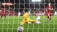 Pemain Atalanta, Josip Ilicic, mencetak gol ke gawang Liverpool pada laga Liga Champions di Stadion Anfield, Kamis (26/11/2020). Liverpool takluk dengan skor 0-2. (Laurence Griffiths/Pool via AP)