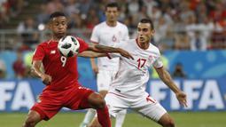 Striker Panama, Gabriel Torres, berusaha melewati gelandang Tunisia, Ellyes Skhiri, pada laga grup G Piala Dunia di Mordovia Arena, Saransk, Kamis (28/6/2018). Tunisia menang 2-1 Panama. (AP/Pavel Golovkin)