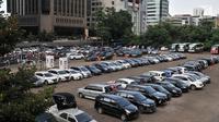 Deretan mobil terparkir di Park and Ride di kawasan MH Thamrin, Jakarta, Kamis (6/12). Rencana menaikkan tarif parkir ini untuk mendorong masyarakat menggunakan transportasi umum. (Merdeka.com/Iqbal Nugroho)